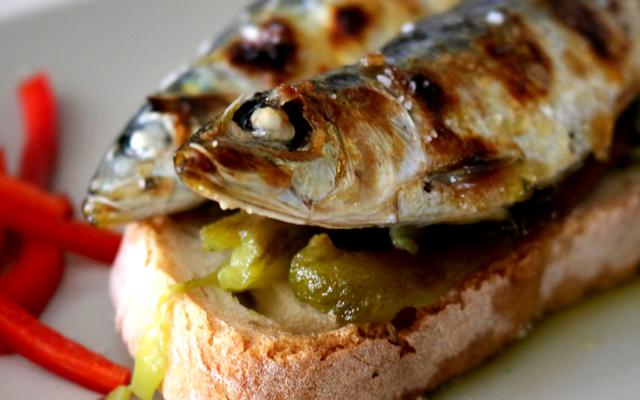 Em noite de São João, a sardinha pinga no pão!