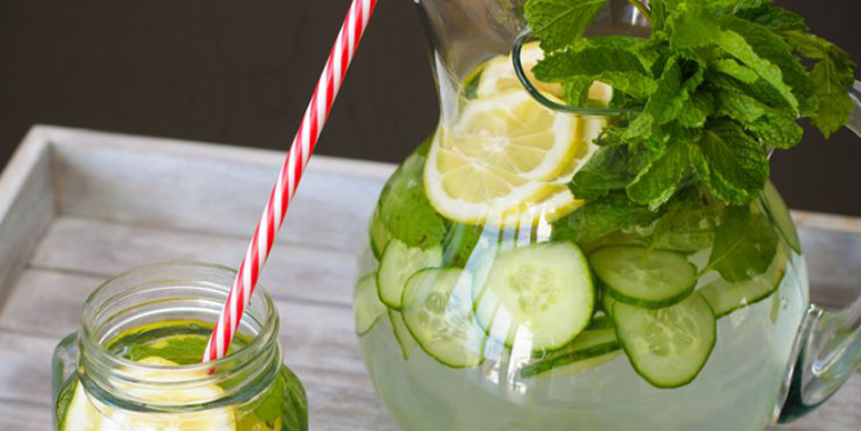 Água aromatizada com pepino, limão, gengibre e hortelã
